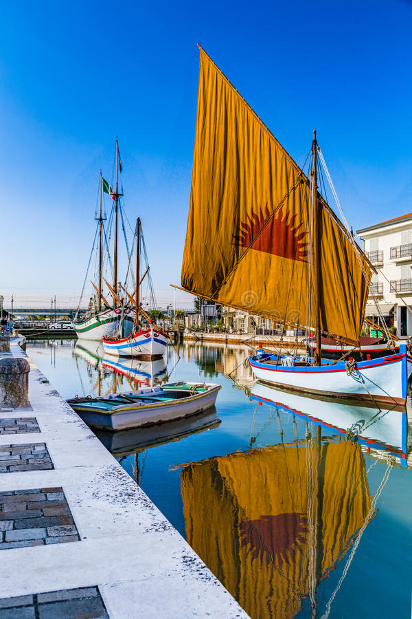 Download αρχαία Sailboats στον ιταλικό λιμένα καναλιών Στοκ Εικόνες - εικόνα από αδρεναλίνης, αρχιτεκτονικής: 62714510