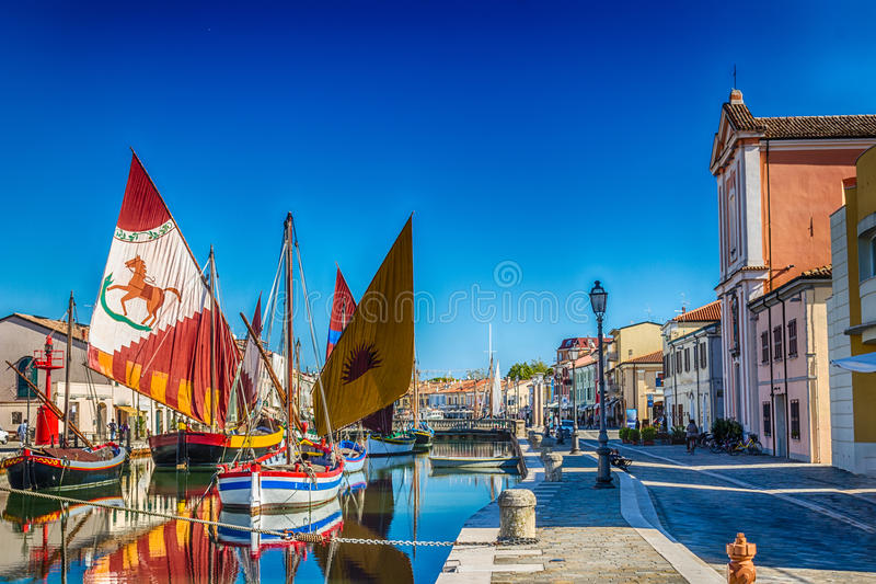 Download αρχαία Sailboats στον ιταλικό λιμένα καναλιών Στοκ Εικόνα - εικόνα από εκκλησία, floating: 62715203