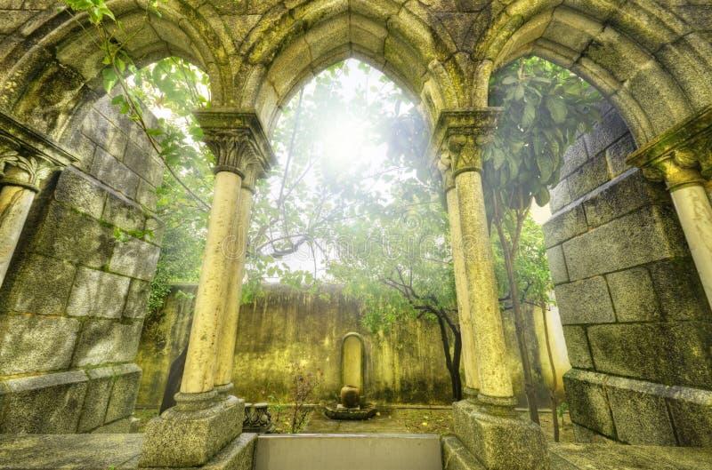 Αρχαίες γοτθικές αψίδες στο myst. Τοπίο φαντασίας στοκ εικόνες