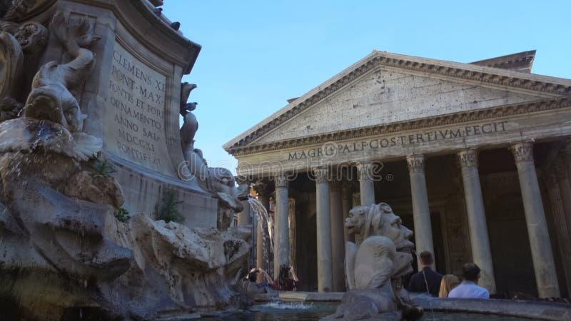 Αρχαίες επιγραφές στην πηγή Pantheon στη Ρώμη, ιστορική θέση στην Ιταλία στοκ φωτογραφία με δικαίωμα ελεύθερης χρήσης