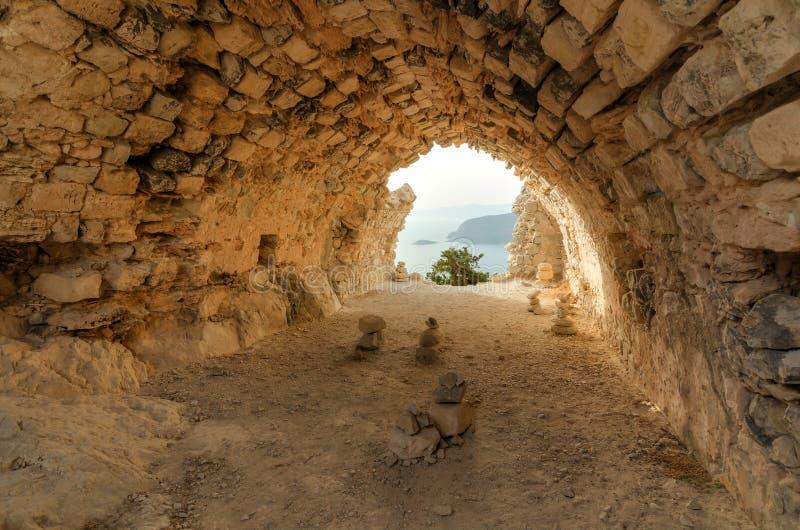 Αρχαίες καταστροφές ναών Monolithos με την άποψη θάλασσας στοκ φωτογραφίες