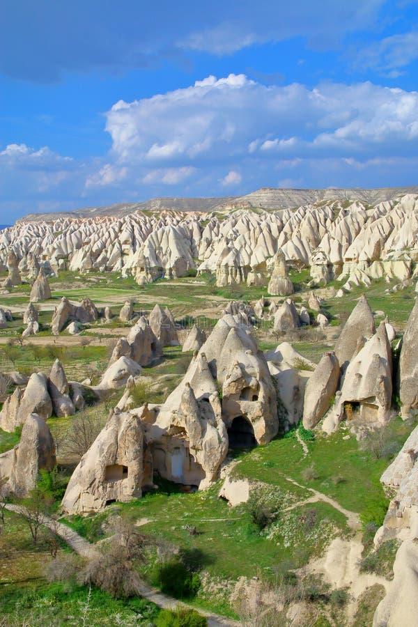 Αρχαίες κατοικίες σπηλιών στα βουνά Cappadocia στοκ εικόνες