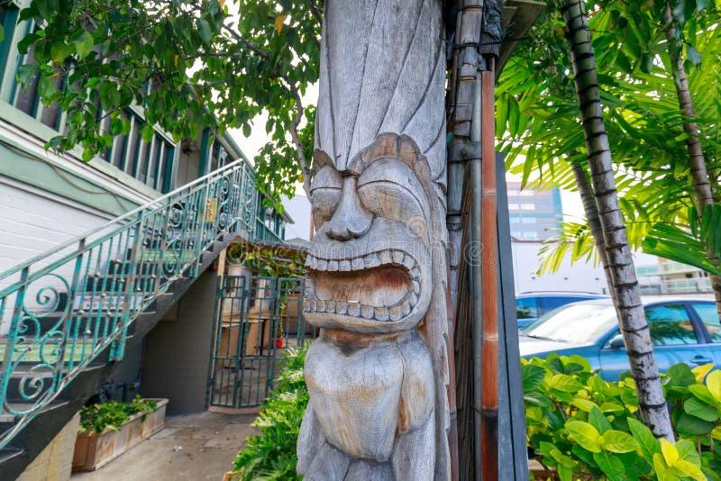 Αρχαίες πολυνησιακές ξύλινες γλυπτικές tiki ύφους στην παραλία Waikiki στοκ φωτογραφίες με δικαίωμα ελεύθερης χρήσης