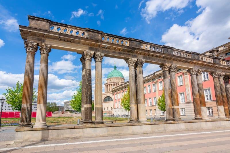 Αρχαίες στήλες, Εκκλησία του Αγίου Νικολάου και Κοινοβούλιο του Βραδεμβούργου Landtag Potsdam, Γερμανία στοκ εικόνες με δικαίωμα ελεύθερης χρήσης