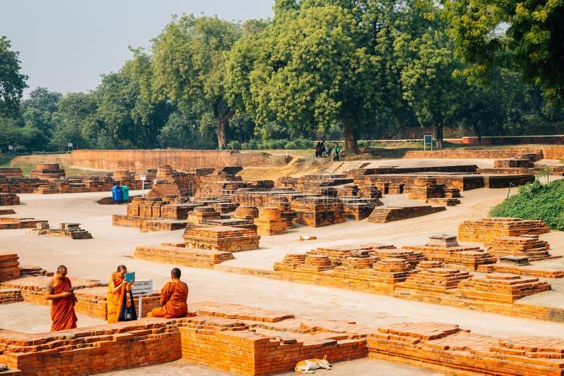 Αρχαίοι καταστροφές και μοναχοί Sarnath στο Varanasi, Ινδία στοκ εικόνες με δικαίωμα ελεύθερης χρήσης
