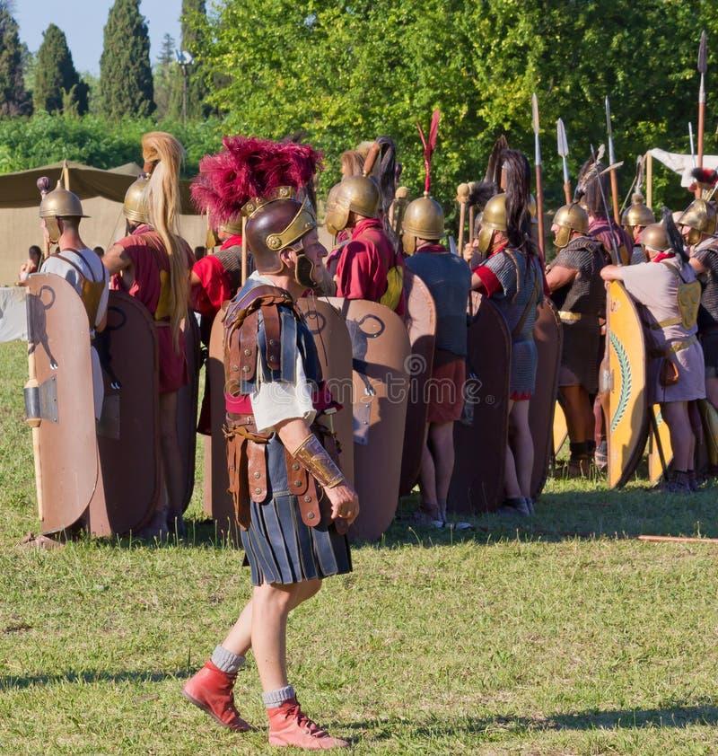 Αρχαίοι ρωμαϊκοί στρατιώτες λεγεωναρίων και ο διοικητής τους στο Hist στοκ φωτογραφία