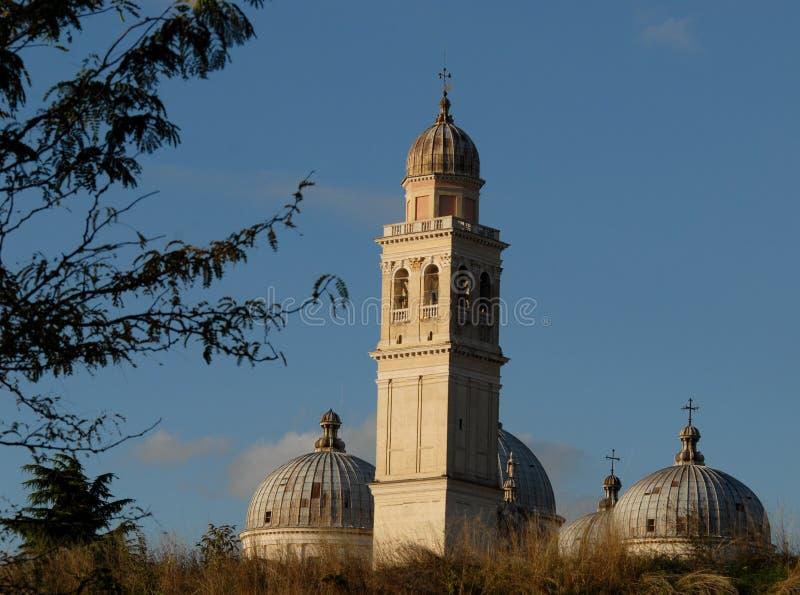Αρχαίοι τοίχοι, θόλοι και πύργος κουδουνιών Santa Giustina στην Πάδοβα στο Βένετο (Ιταλία) στοκ φωτογραφία με δικαίωμα ελεύθερης χρήσης
