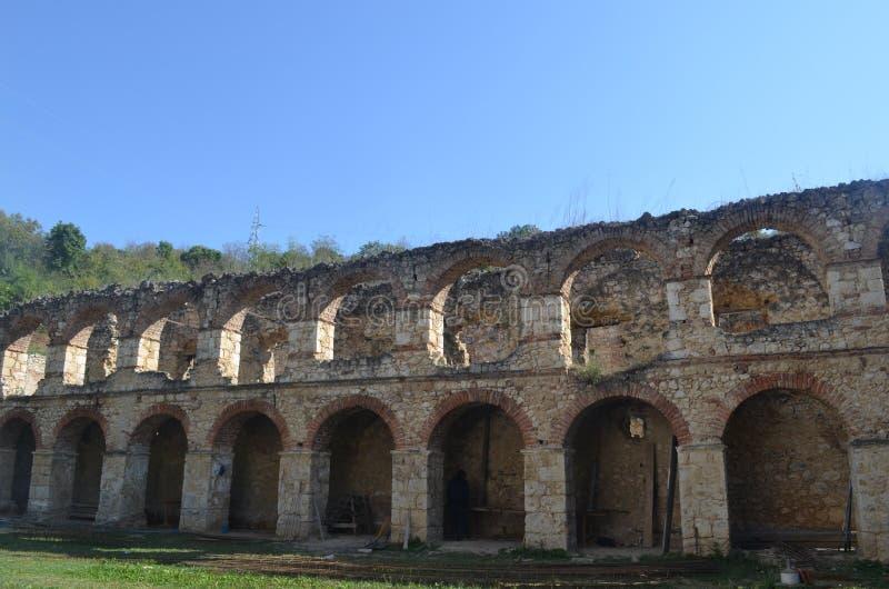 Αρχαίοι τοίχοι στο έδαφος του μοναστηριού Kuvezdin Fruska Gora, Σερβία στοκ εικόνα