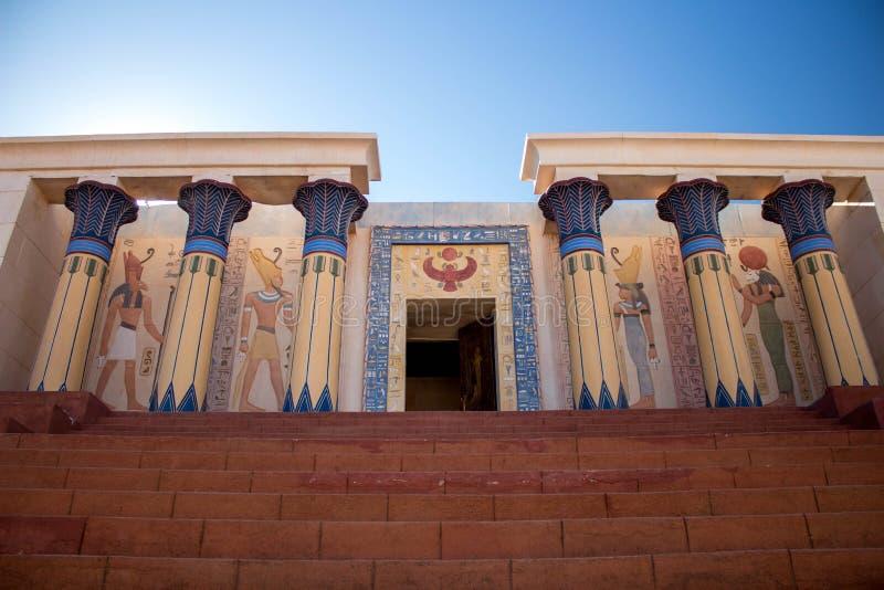 Αρχαίος αιγυπτιακός ναός - στήλες σε κάθε πλευρά στοκ εικόνες με δικαίωμα ελεύθερης χρήσης
