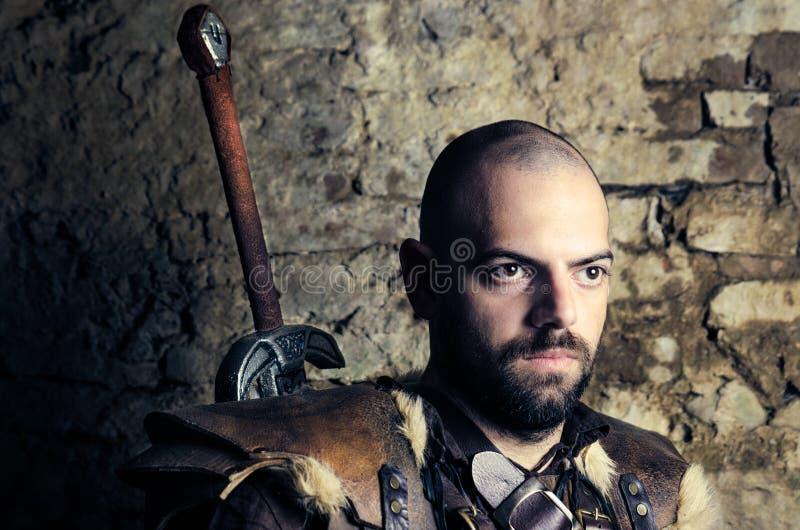 Αρχαίος μεσαιωνικός πολεμιστής που προετοιμάζεται να μάχεται στοκ φωτογραφία με δικαίωμα ελεύθερης χρήσης