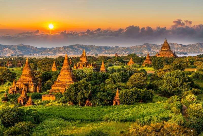 Αρχαίος ναός σε Bagan μετά από το ηλιοβασίλεμα, ναοί του Μιανμάρ στην τσάντα στοκ εικόνα