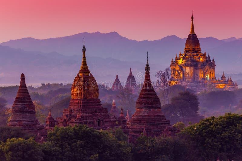 Αρχαίος ναός σε Bagan μετά από το ηλιοβασίλεμα στοκ εικόνες