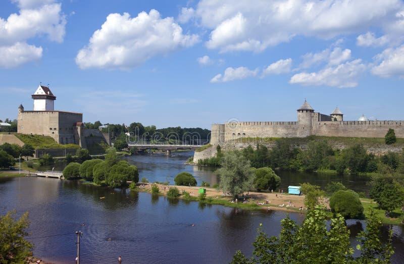 αρχαίος πίσω ποταμός Ρωσία δύο συμβαλλόμενων μερών narva φρουρίων της Εσθονίας συνόρων ivangorod που Narva, Εσθονία και Ivangorod στοκ φωτογραφία