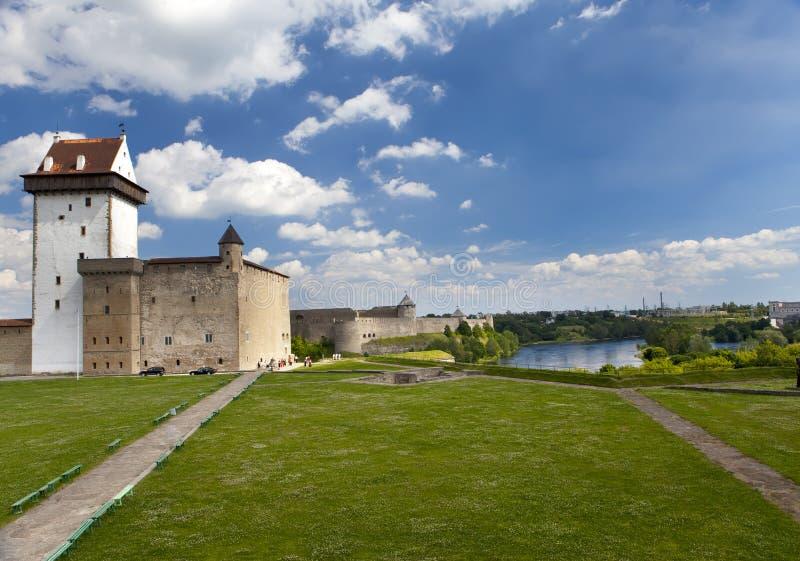 αρχαίος πίσω ποταμός Ρωσία δύο συμβαλλόμενων μερών narva φρουρίων της Εσθονίας συνόρων ivangorod που Narva, Εσθονία και Ivangorod στοκ φωτογραφίες με δικαίωμα ελεύθερης χρήσης