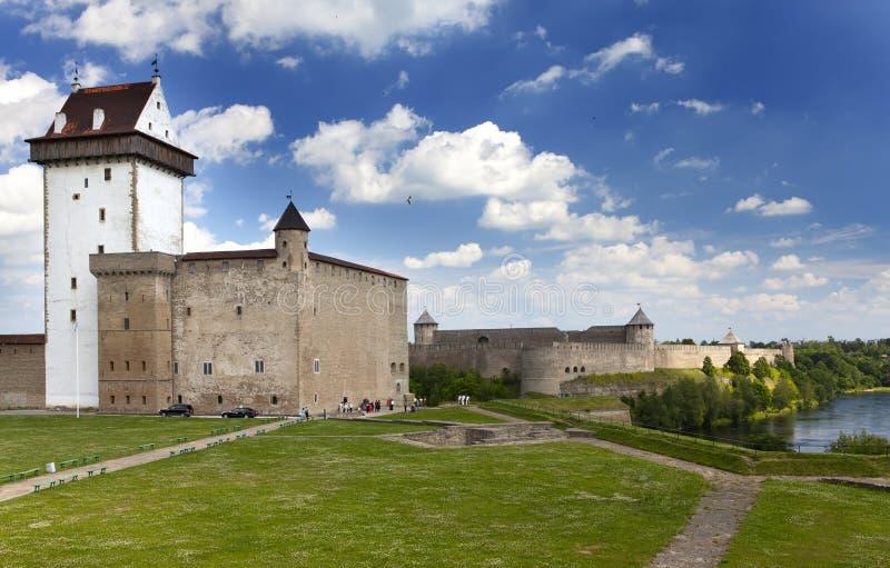 αρχαίος πίσω ποταμός Ρωσία δύο συμβαλλόμενων μερών narva φρουρίων της Εσθονίας συνόρων ivangorod που Narva, Εσθονία και Ivangorod στοκ εικόνες