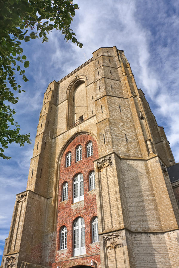 Αρχαίος πύργος εκκλησιών τούβλου ενάντια σε έναν δραματικό νεφελώδη ουρανό, Veere, Κάτω Χώρες στοκ εικόνες με δικαίωμα ελεύθερης χρήσης