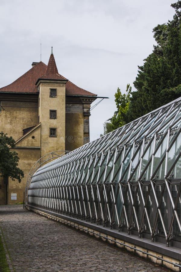 Αρχαίος πύργος και σύγχρονο κτήριο θερμοκηπίων στο βασιλικό κήπο κοντά στο Κάστρο της Πράγας Πράγα cesky τσεχική πόλης όψη δημοκρ στοκ εικόνες