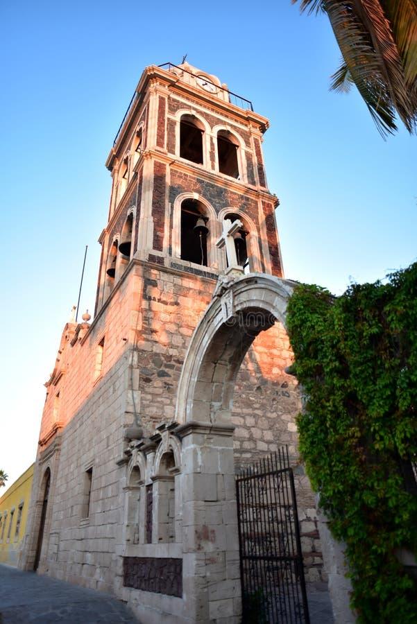Αρχαίος πύργος κουδουνιών αποστολής σε Loreto, Μπάχα Καλιφόρνια Sur, Μεξικό στοκ εικόνα