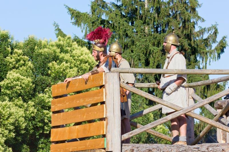 Αρχαίος ρωμαϊκός διοικητής και δύο στρατιώτες στοκ εικόνες
