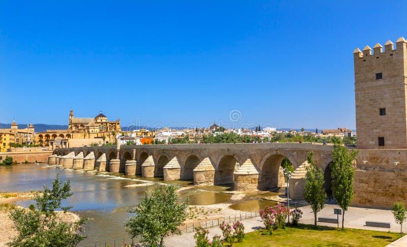 Αρχαίος ρωμαϊκός ποταμός Γκουανταλκιβίρ Κόρδοβα Ισπανία εισόδων γεφυρών στοκ φωτογραφίες με δικαίωμα ελεύθερης χρήσης