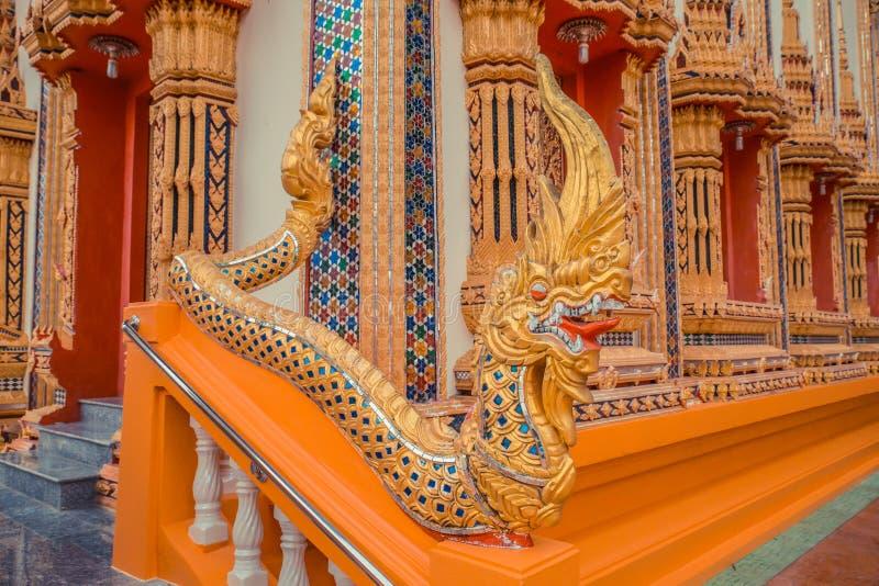 Αρχαίος ταϊλανδικός ναός Χρυσός ναός Phuket, Ταϊλάνδη Kosit Wihan Wat Δράκοι εισόδων σκαλοπατιών στοκ φωτογραφία