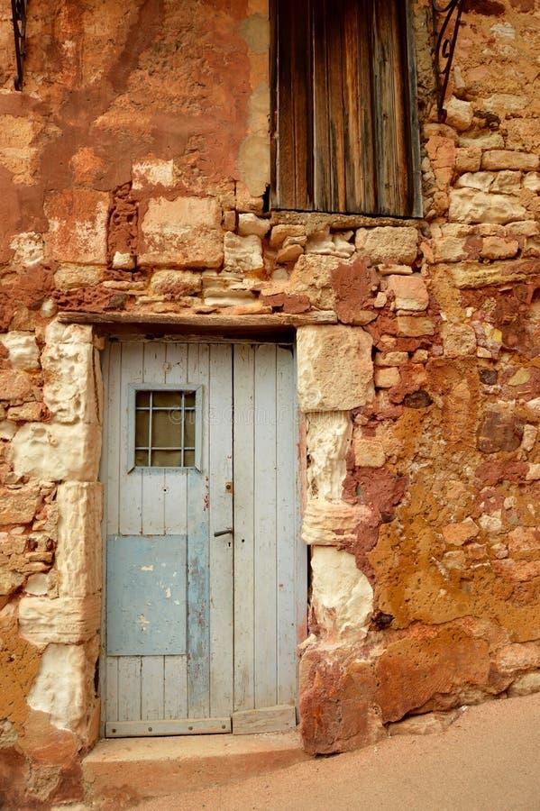 Αρχαίος τοίχος και μπλε πόρτα στοκ φωτογραφία με δικαίωμα ελεύθερης χρήσης