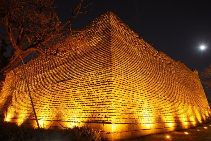 Αρχαίος τοίχος στη νύχτα στοκ εικόνα με δικαίωμα ελεύθερης χρήσης