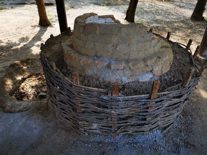 Αρχαίος φούρνος ψωμιού φιαγμένος από τούβλα και άργιλο στοκ φωτογραφία με δικαίωμα ελεύθερης χρήσης
