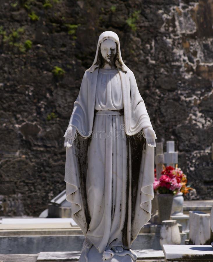 Αρχαίο άγαλμα μιας θρησκευτικής γυναίκας στοκ εικόνα με δικαίωμα ελεύθερης χρήσης