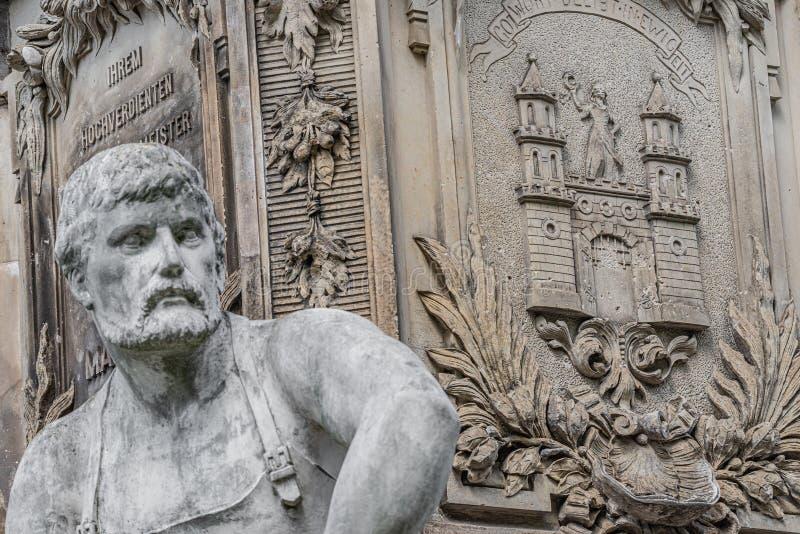Αρχαίο άγαλμα πηγών ενός ισχυρού εργαζομένου Magdeburg στο έμβλημα πόλεων στο υπόβαθρο, Magdeburg, Γερμανία στοκ φωτογραφίες με δικαίωμα ελεύθερης χρήσης