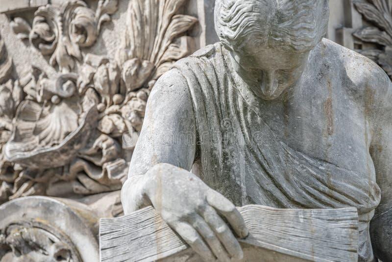 Αρχαίο άγαλμα πηγών της αισθησιακής ιταλικής γυναίκας εποχής αναγέννησης που διαβάζει ένα μεγάλο βιβλίο, Magdeburg, Γερμανία στοκ φωτογραφία με δικαίωμα ελεύθερης χρήσης