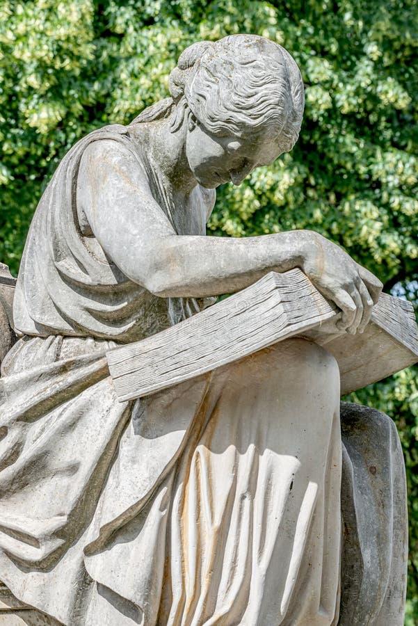 Αρχαίο άγαλμα πηγών της αισθησιακής ιταλικής γυναίκας εποχής αναγέννησης που διαβάζει ένα μεγάλο βιβλίο, Magdeburg, Γερμανία στοκ φωτογραφία