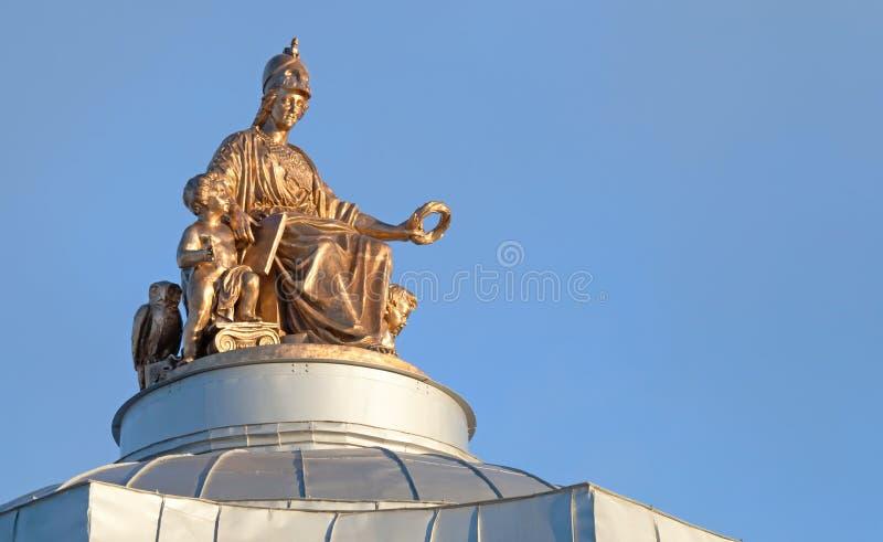 Αρχαίο άγαλμα στη στέγη στο ST Πετρούπολη στοκ εικόνες