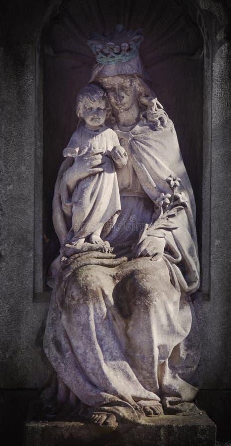 Αρχαίο άγαλμα της Virgin Mary με τη θρησκεία του Ιησούς Χριστού μωρών, πίστη, έννοια χριστιανισμού στοκ εικόνα