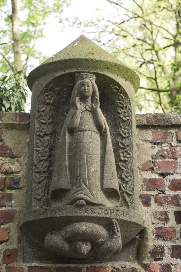 Αρχαίο άγαλμα η ιερή Mary στον τοίχο εκκλησιών στοκ φωτογραφία με δικαίωμα ελεύθερης χρήσης