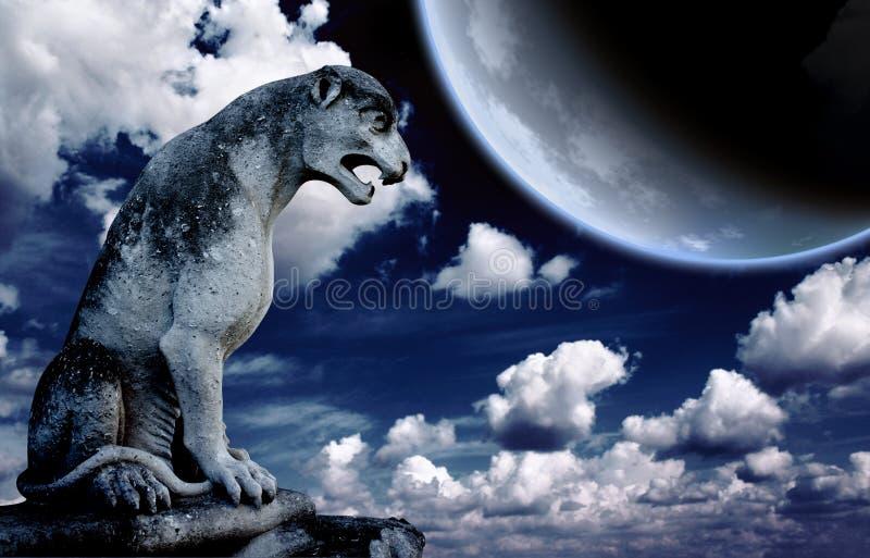 Αρχαίο άγαλμα λιονταριών και φωτεινό φεγγάρι στο νυχτερινό ουρανό ελεύθερη απεικόνιση δικαιώματος