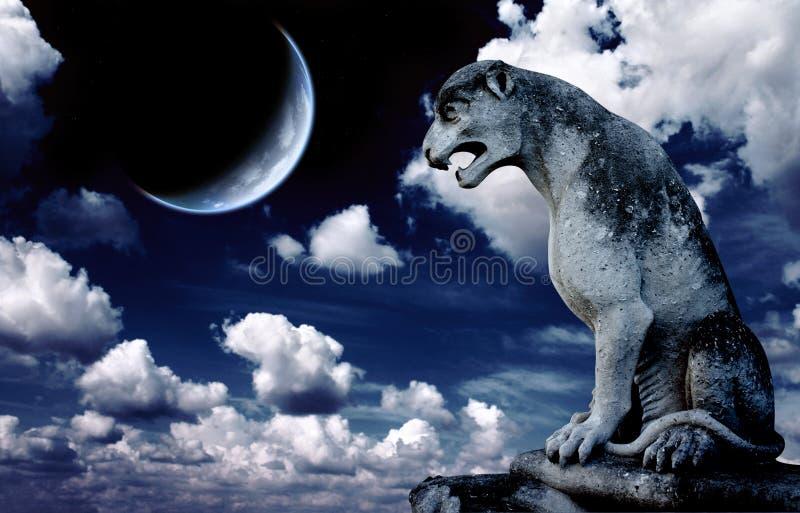 Αρχαίο άγαλμα λιονταριών και φωτεινό φεγγάρι στο νυχτερινό ουρανό απεικόνιση αποθεμάτων