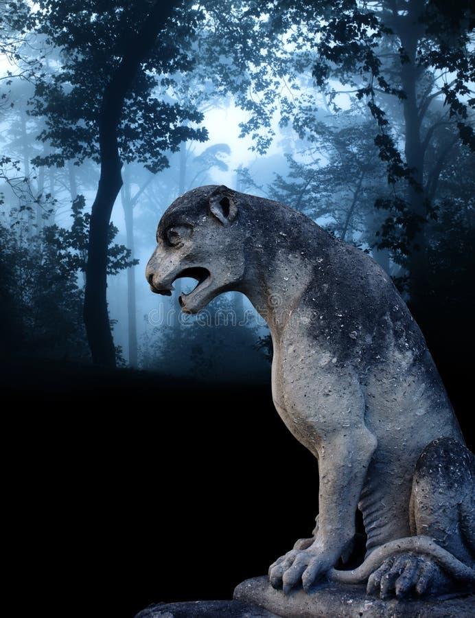 Αρχαίο άγαλμα λιονταριών στο misty δάσος απεικόνιση αποθεμάτων