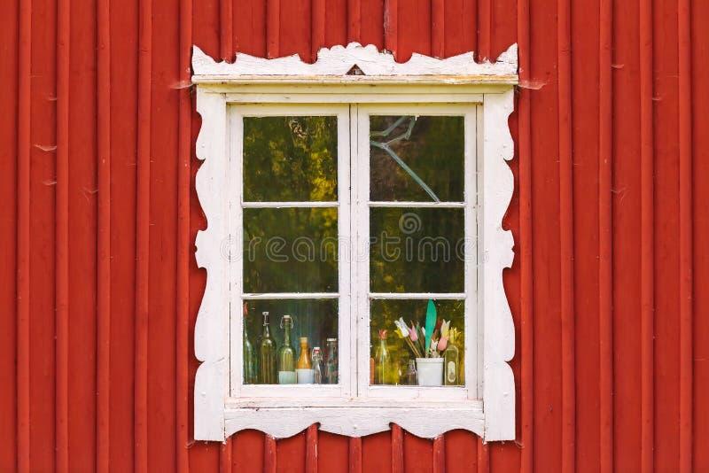 Αρχαίο άσπρο παράθυρο σε ένα κόκκινο ξύλινο σουηδικό σπίτι στοκ φωτογραφία με δικαίωμα ελεύθερης χρήσης