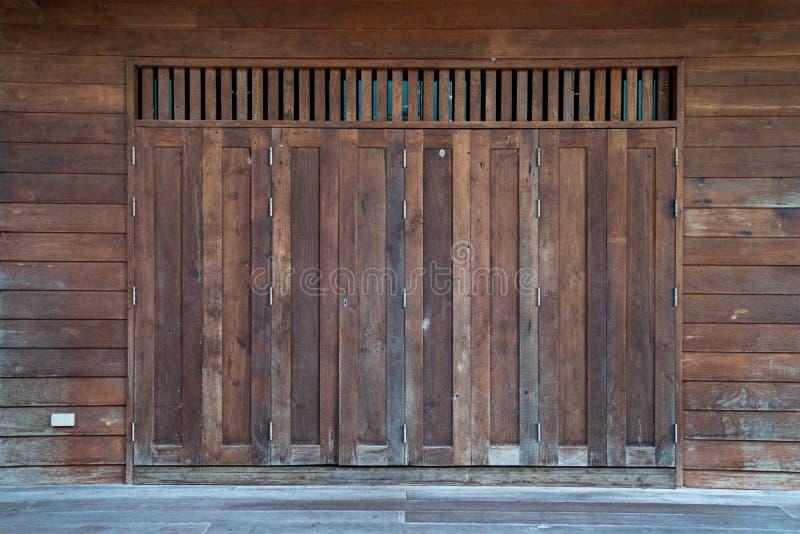 Αρχαίο ασιατικό εκλεκτής ποιότητας ξύλινο πόρτα-παράθυρο, Ταϊλάνδη στοκ εικόνα