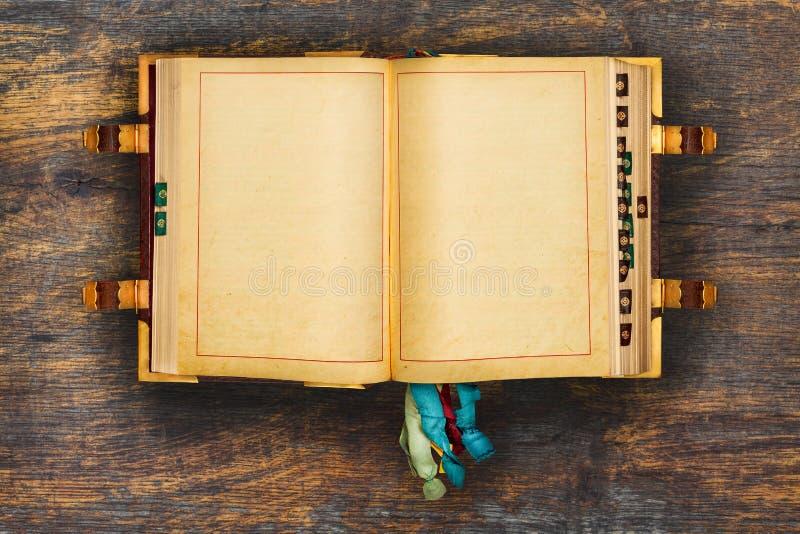 Αρχαίο βιβλίο σε μια ξύλινη ανασκόπηση στοκ φωτογραφία