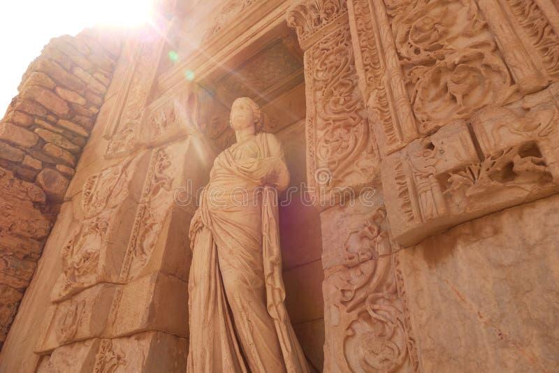 Αρχαίο γλυπτό στις καταστροφές του ephesus στην Τουρκία Μια ακτίνα του φωτός στοκ εικόνες