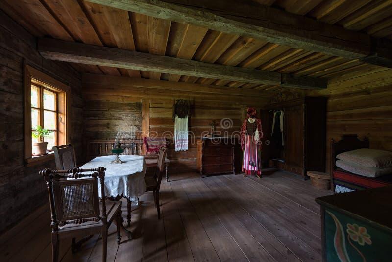 Αρχαίο εσωτερικό ξύλινο σπίτι Rumsiskes Λιθουανία καθιστικών στοκ εικόνα