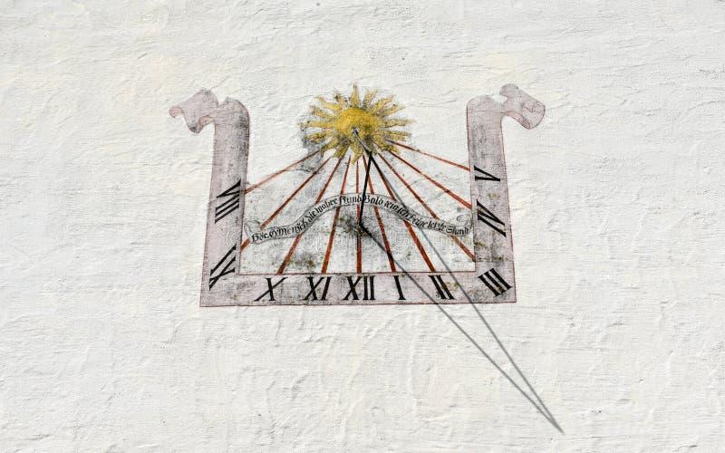 Αρχαίο ηλιακό ρολόι στον άσπρο τοίχο σε Wolfenschiessen στην Ελβετία στοκ φωτογραφία