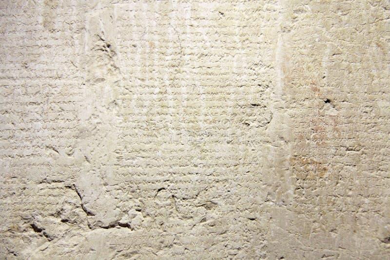 Αρχαίο και παλαιό ιστορικό παλαιό ελληνικό κείμενο στις ταμπλέτες αργίλου φ στοκ εικόνα