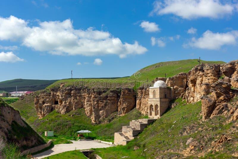 Αρχαίο μαυσωλείο μπαμπάδων Diri, 14ος αιώνας, πόλη Gobustan, Αζερμπαϊτζάν στοκ εικόνα με δικαίωμα ελεύθερης χρήσης