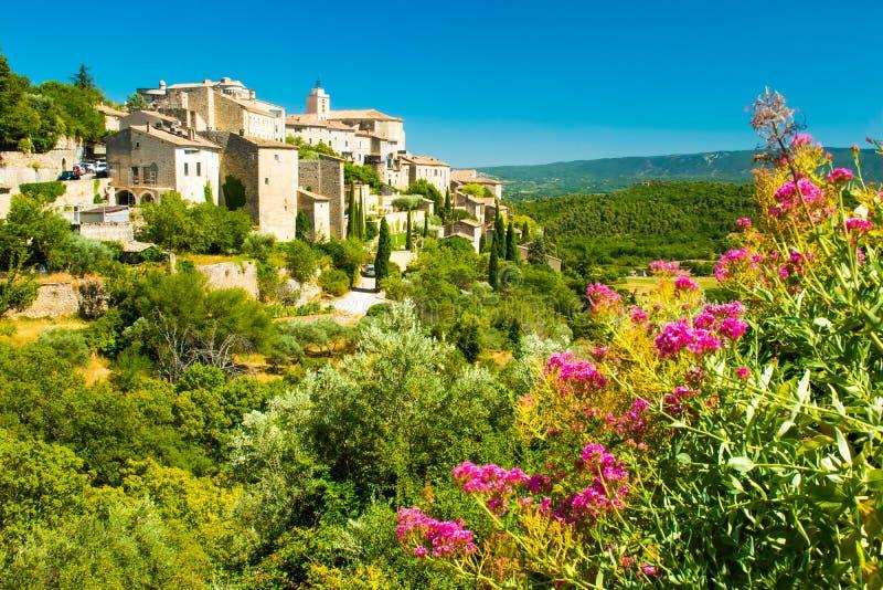 Αρχαίο μεσαιωνικό χωριό με τα λουλούδια Gordes, Προβηγκία, Γαλλία στοκ εικόνες