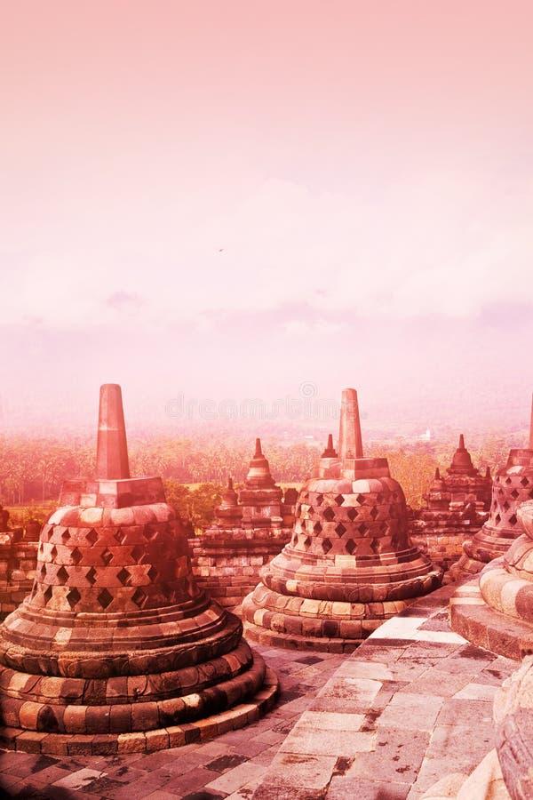 Αρχαίο μνημείο του βουδιστικού ναού Borobudur στην ανατολή, Yogyakarta, Ιάβα Ινδονησία στοκ εικόνα