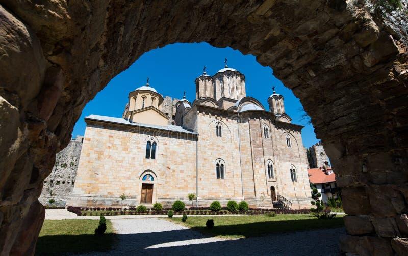 Αρχαίο μοναστήρι Manasija στη Σερβία, που χτίζεται στο 15ο αιώνα στοκ φωτογραφία