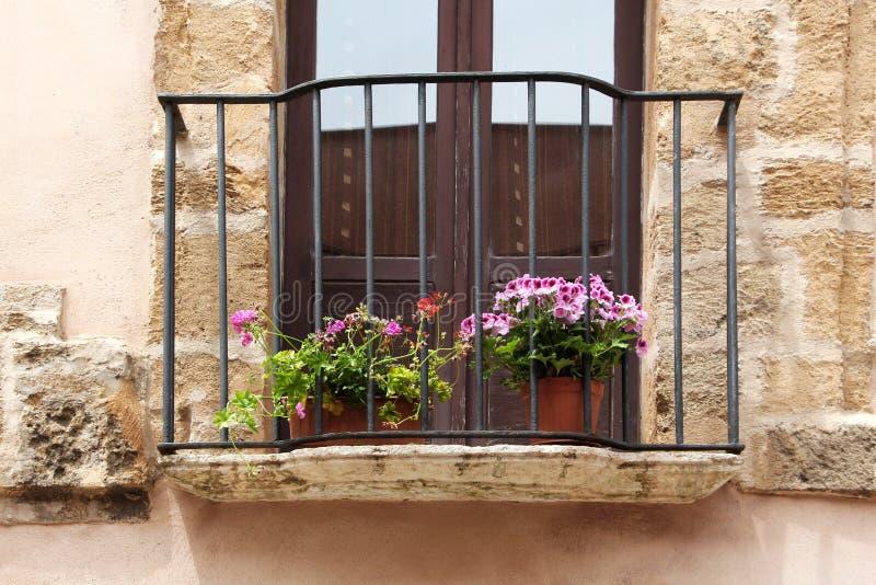 Αρχαίο μπαλκόνι πετρών με τα λουλούδια στοκ εικόνες με δικαίωμα ελεύθερης χρήσης